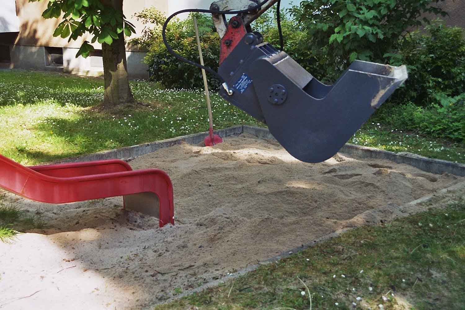 "Dappen Tool and mechanical engineering | Product in application | Takeuchi TB 016 with Dappen screening bucket ""B18-600-50S-W and inlay plates 10mm"" cleans sandpit"