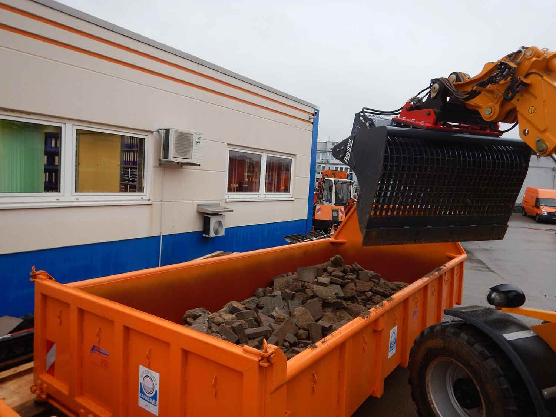 Dappen Werkzeug- und Maschinenbau | DAPPEN screening bucket in use | Screened material in container