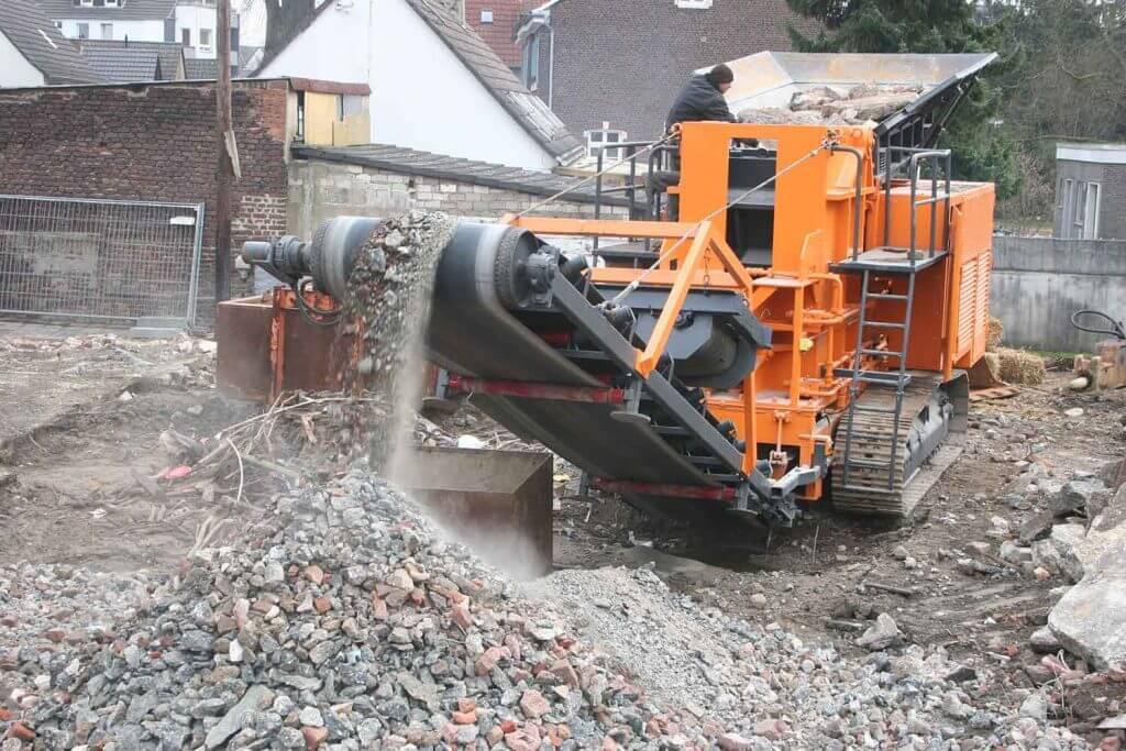 Dappen Werkzeug- und Maschinenbau | Grober Bauschutt wird von Dappen Brecher zerkleinert Bild 3