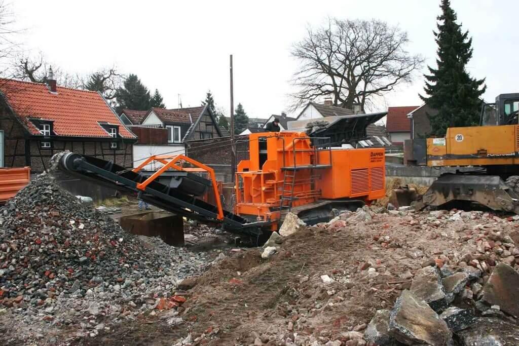Dappen Werkzeug- und Maschinenbau | Grober Bauschutt wird von Dappen Brecher zerkleinert Bild 5