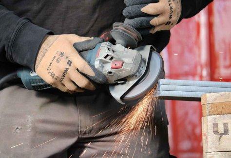 Dappen Werkzeug- und Maschinenbau | Helfer/in Metallbau (m/w/d) gesucht | Mann arbeitet mit Metallsäge