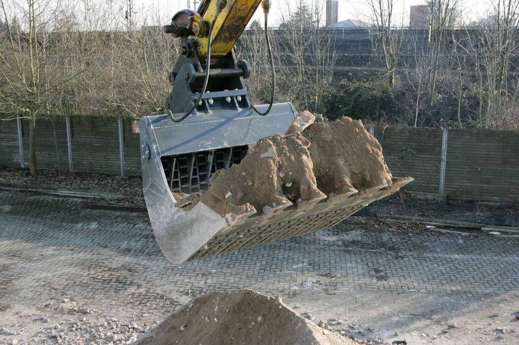 Dappen Werkzeug- und Maschinenbau | Dappled screening bucket in application | Dappled screening bucket screens building rubble Figure 3