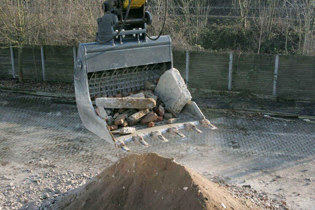Dappen Werkzeug- und Maschinenbau | Dappen Sieblöffel in Anwendung | ausgesiebter Bauschutt in Sieblöffel