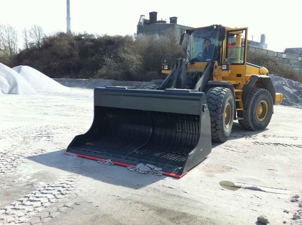 Dappen Werkzeug- und Maschinenbau | Dappen Siebschaufel im Einsatz | Dappen Siebschaufel Radladerschaufel siebt Sand Bild 4