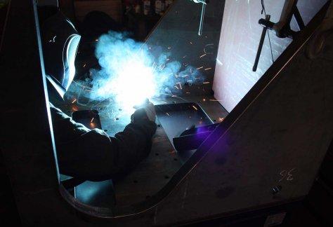 Dappen Werkzeug- und Maschinenbau | Dappen Stellenanzeige für Schlosser | Schweißer bei der Arbeit